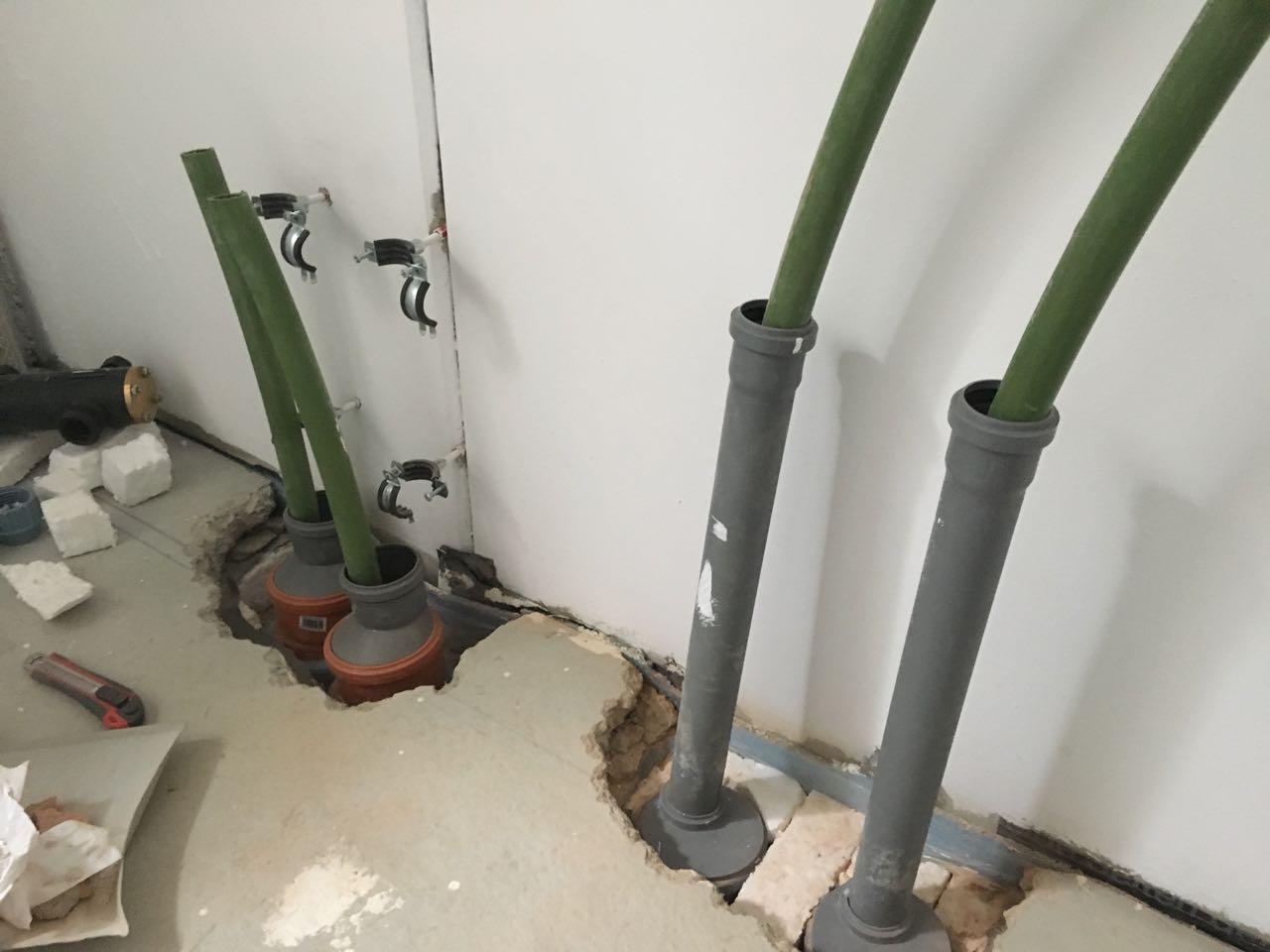 Rohre eingeführt ins Haus, Ankunft Technikraum